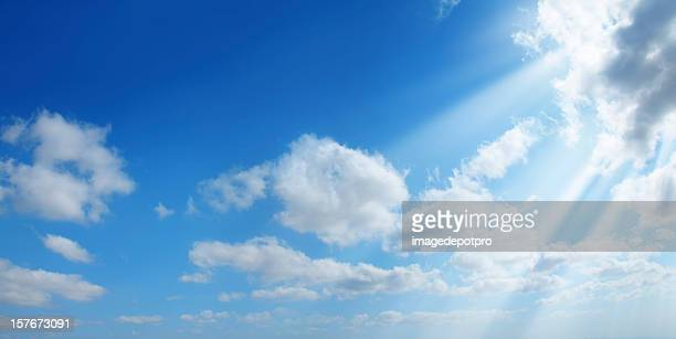 sunshine in clean sky - zonnestraal stockfoto's en -beelden