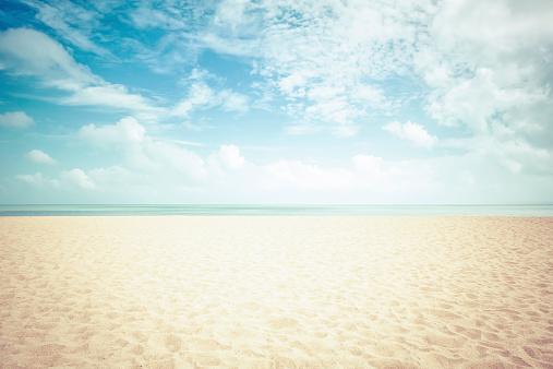 Sunshine on empty beach - vintage look 518380281