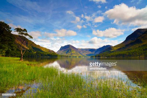 zon over buttermere, engelse lake district - lake district stockfoto's en -beelden