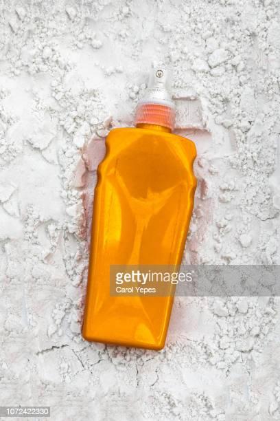 suntan lotion bottle on the beach.top view - cancer de piel fotografías e imágenes de stock