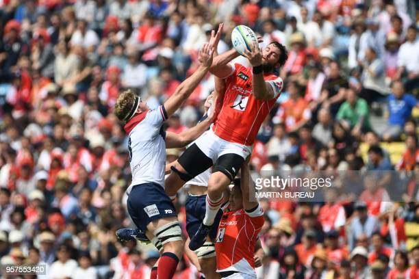 TOPSHOT Sunwolves' lock Grant Hattingh grabs the ball during the Round 13 Super Rugby match between the Sunwolves of Japan and the Reds of Australia...