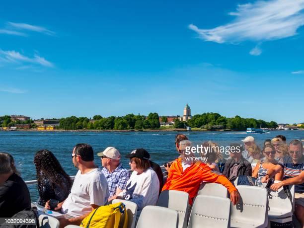 ボートに乗って観光客で、フィンランドのスオメンリンナの要塞教会