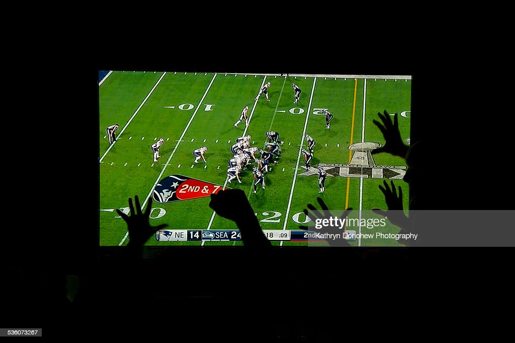 Watching The Super Bowl : News Photo