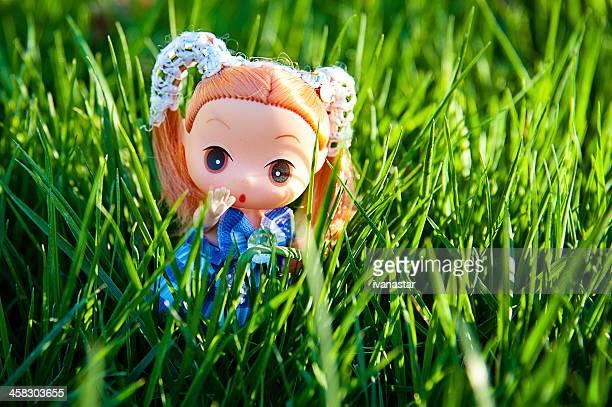 Super Fofo Mini Ddung Boneca em pé na relva