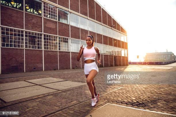 Super Fit Frau Ausübung in industriellen Stadtteil - Entschlossenheit und Stärke führen zum Erfolg