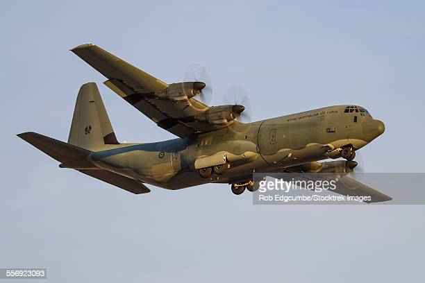a c-130j super hercules of the royal australian air force on final approach to nellis air force base, nevada. - オーストラリア軍 ストックフォトと画像
