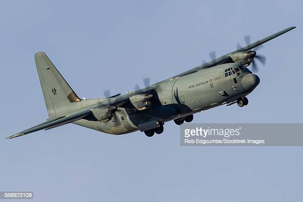 a c-130j super hercules of the royal australian air force turns on to final approach at nellis air force base, nevada. - オーストラリア空軍 ストックフォトと画像
