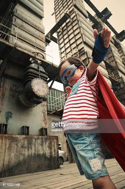 Super herói em fábrica abandonada