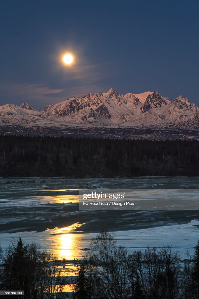 Super Moon as it descended over the Denali Range and Chulitna River, along the Parks Highway : ストックフォト