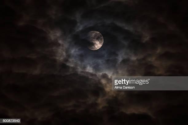 super moon behind clouds - alma danison fotografías e imágenes de stock