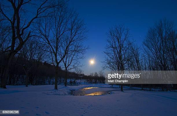 super moonset over rural winter scene - スカネアトレス湖 ストックフォトと画像