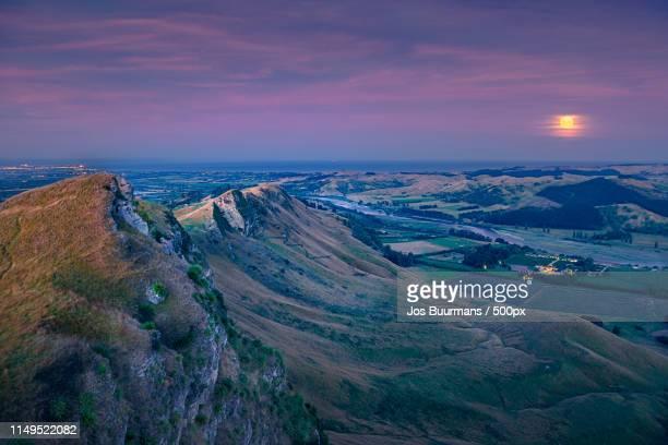 super wolf moon rise from te mata peak - ホークスベイ地域 ストックフォトと画像
