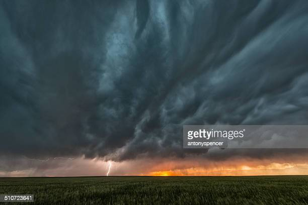 supercell thunderstorm and mammatus cloud on tornado alley - great plains stock pictures, royalty-free photos & images