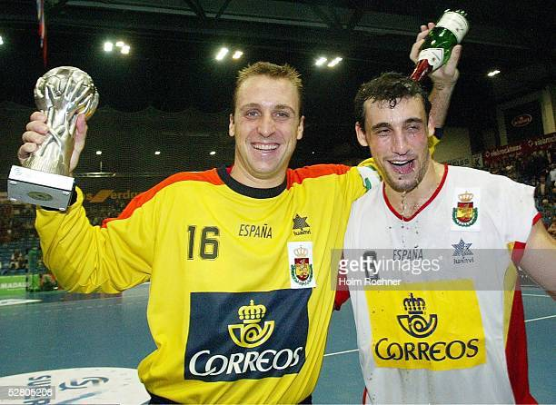 Supercup 2003, Riesa; Finale Deutschland - Spanien ; David Barrufet/ESP und Ion Ruano/ESP jubeln nach dem Sieg ueber Deutschland