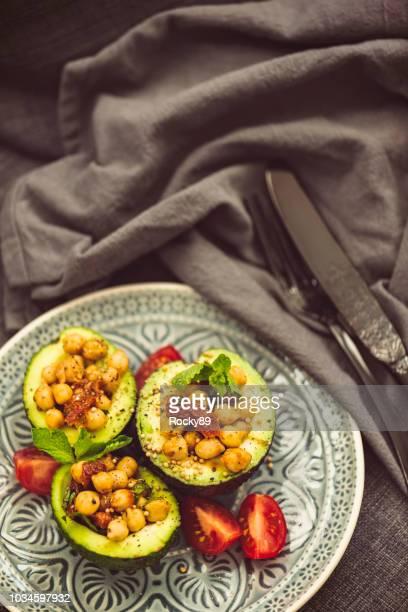 superfood salat mit avocado, kichererbsen und getrockneten tomaten - kohlenhydratarme diät stock-fotos und bilder