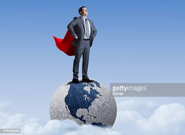 Superhéroe hombre de negocios de pie en el mundo