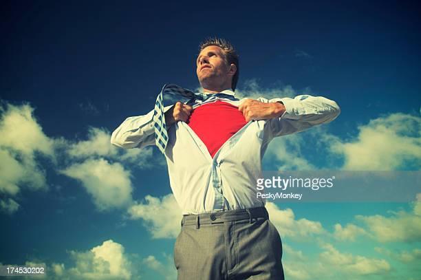 Superheld Geschäftsmann verwandelt in strahlend blauem Himmel