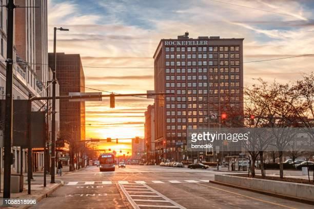 superior avenue en el centro de cleveland ohio al atardecer - cleveland ohio fotografías e imágenes de stock