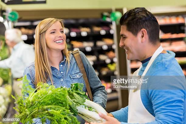 Supermercado Cliente falar enquanto de compras para produzir manager
