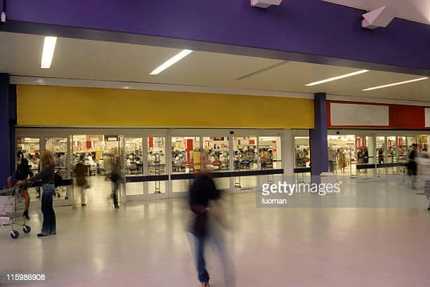 supermarket entrance - portiek stockfoto's en -beelden