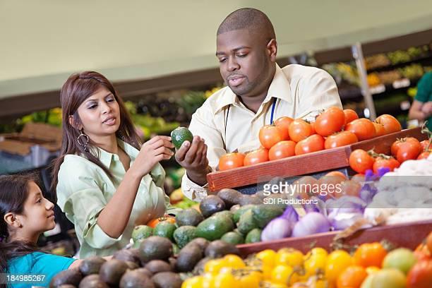 Supermarkt-Produkte Arbeiter hilft Kunden Wählen Sie gute Gemüse