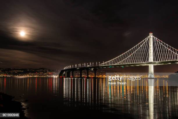 supermoon and bay bridge - oakland califórnia - fotografias e filmes do acervo