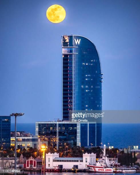 supermoon with hotel w and barcelona's port - barcelona espanha imagens e fotografias de stock