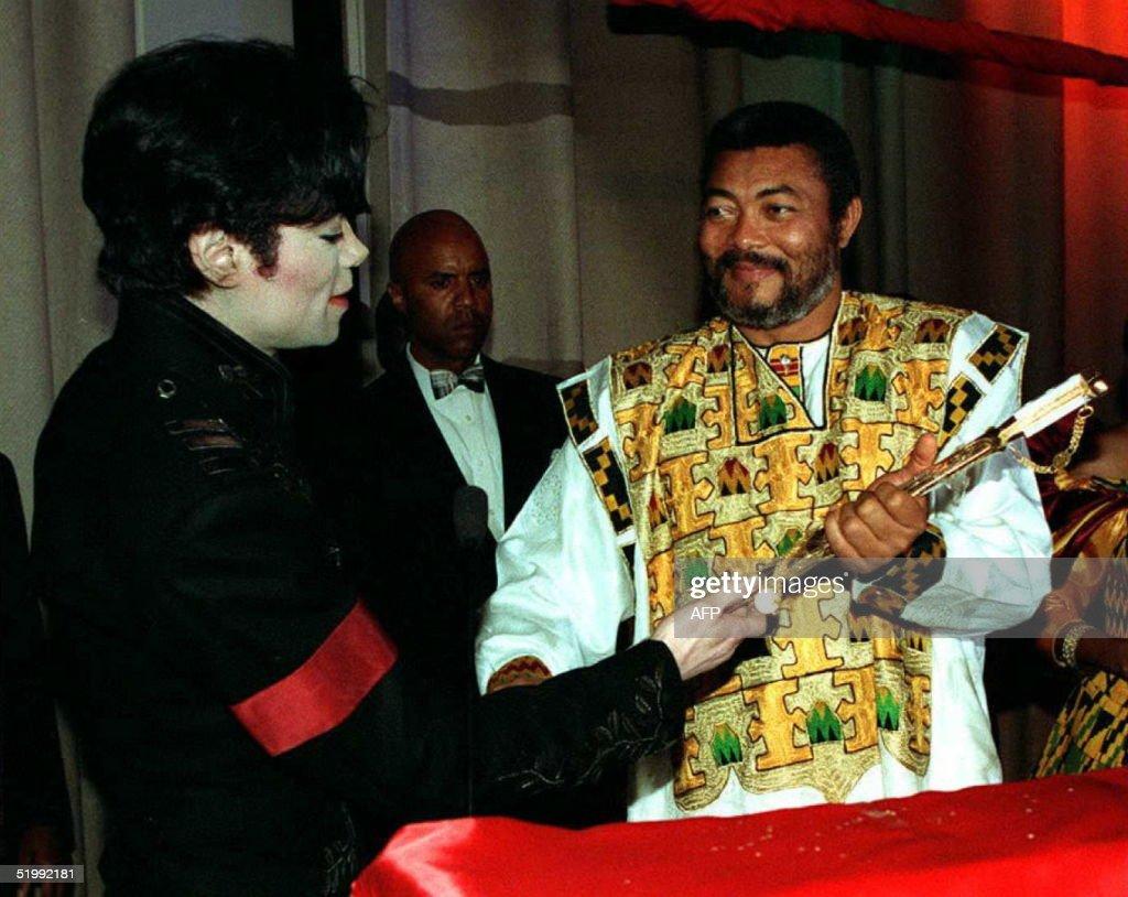 Superstar singer Michael Jackson (L) presents a go : News Photo