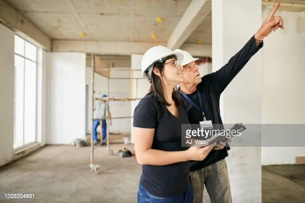 supervisores en el lugar - ingeniero civil fotografías e imágenes de stock