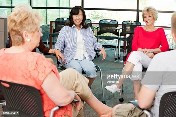 grupo de apoio: grupo diversificado de mulheres idosas em círculo - diverse women - fotografias e filmes do acervo