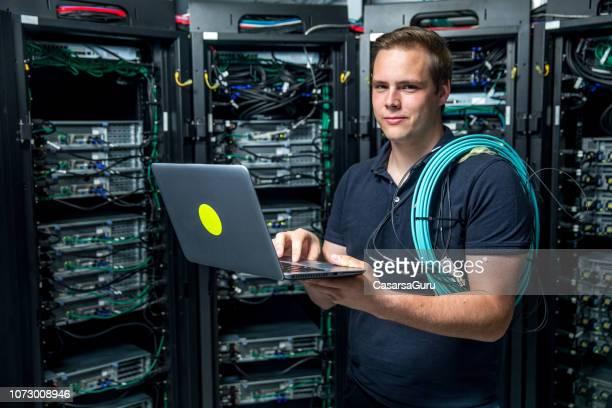 es unterstützt kerl im serverraum - techniker stock-fotos und bilder