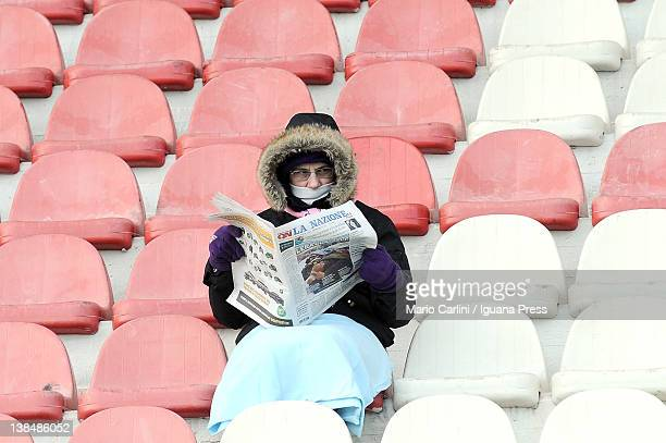 A supporter of ACF Fiorentina reads a newspaper in the stands prior to the Serie A match between ACF Fiorentina and Udinese Calcio at Stadio Artemio...