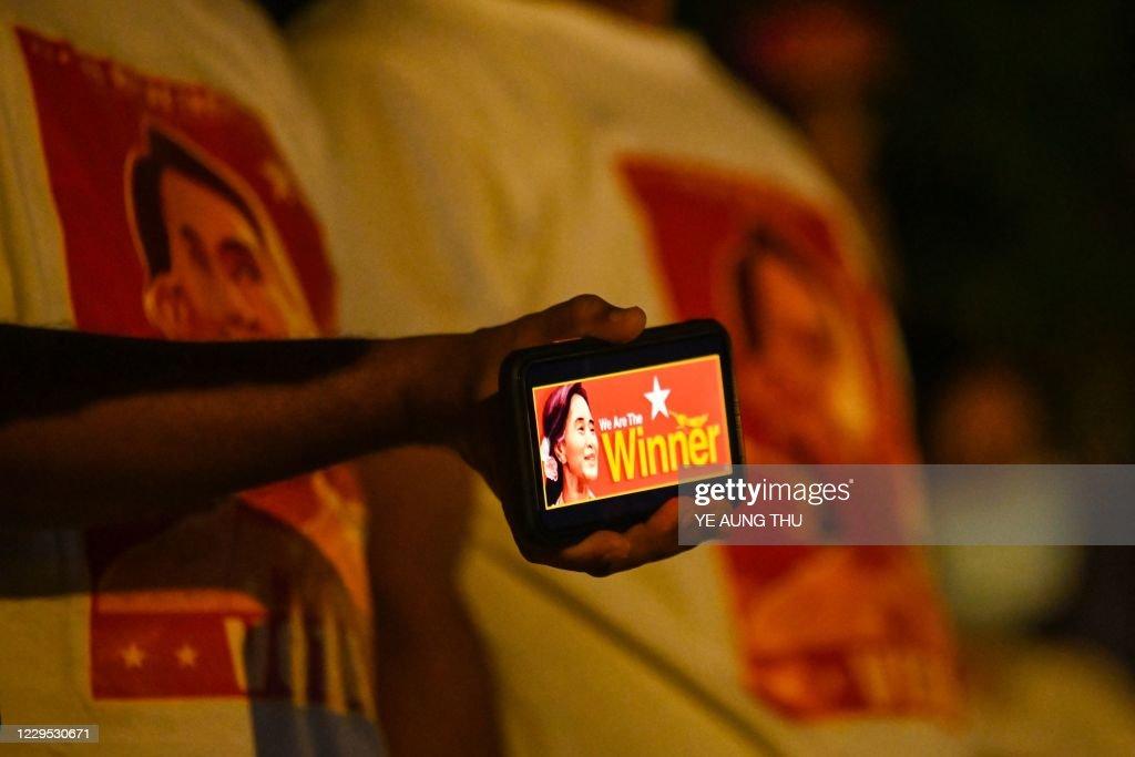TOPSHOT-MYANMAR-VOTE : News Photo