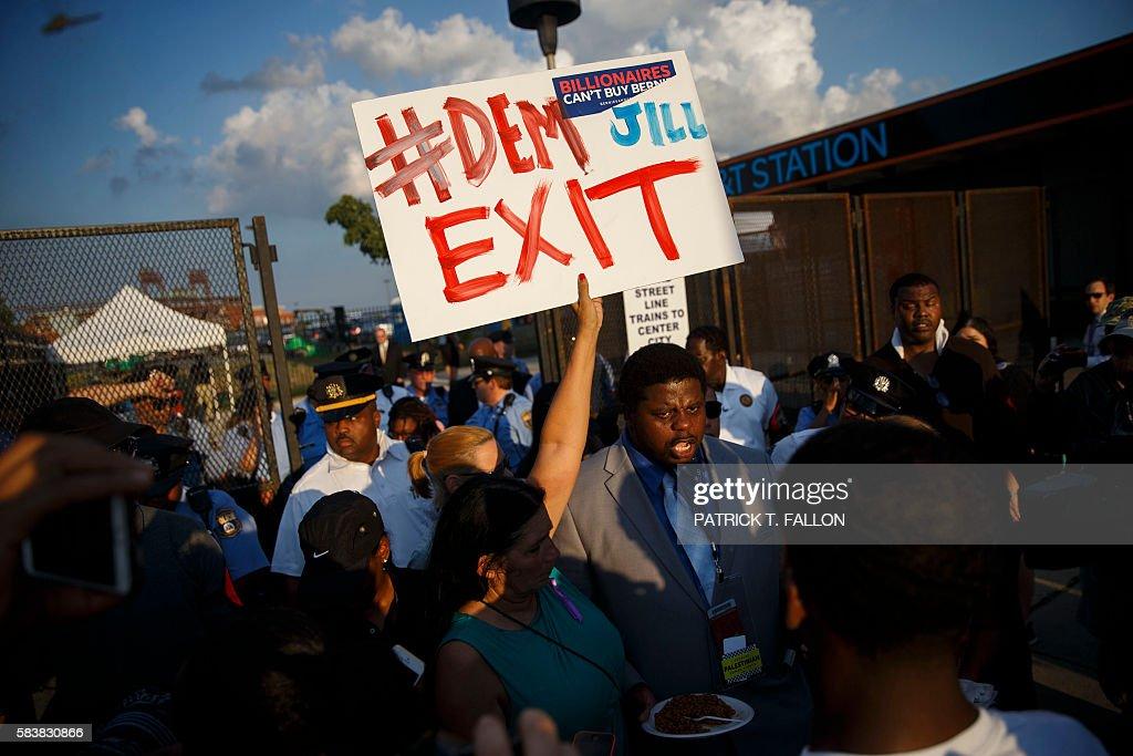 TOPSHOT-US-VOTE-DEMOCRATS-PROTEST : News Photo