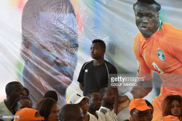 Supporters attend the arrival of the casket of the late Ivory Coast midfielder Cheick Tiote on June 15 2017 upon its arrival from China at Abidjan's...
