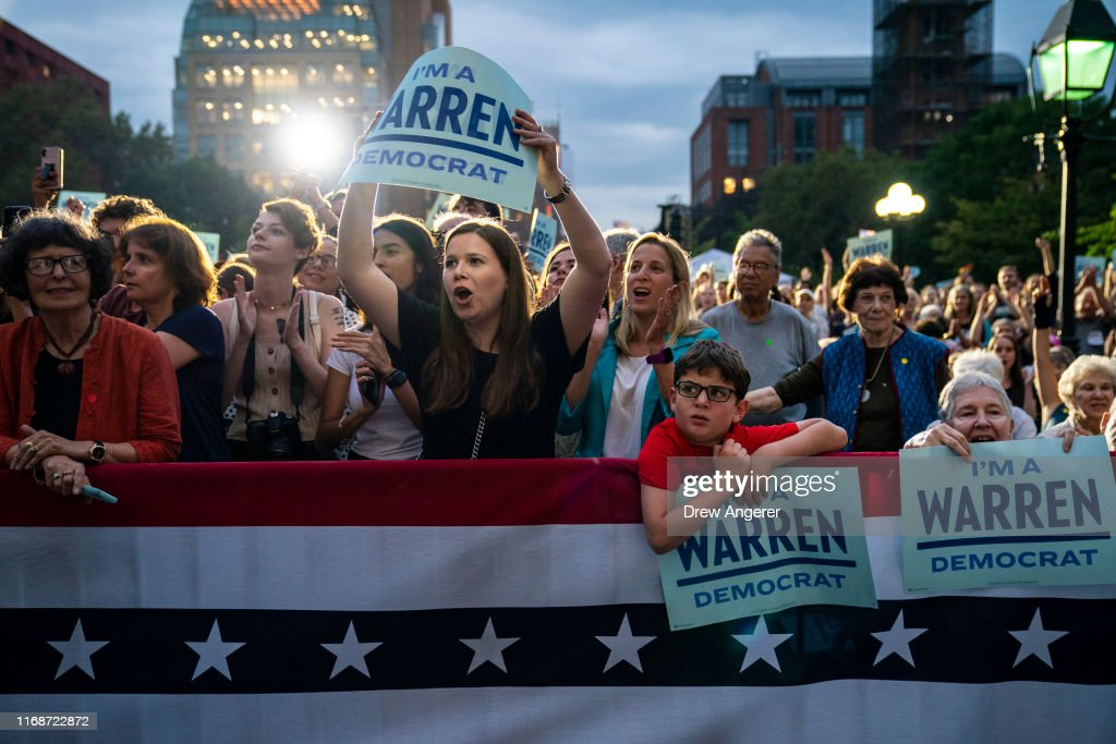 Elizabeth Warren Delivers Campaign Speech in NYC's Washington Square Park : News Photo
