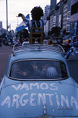 Supporters de lquipe de football dargentine transportant un mannequin picture id956617878?s=170x170