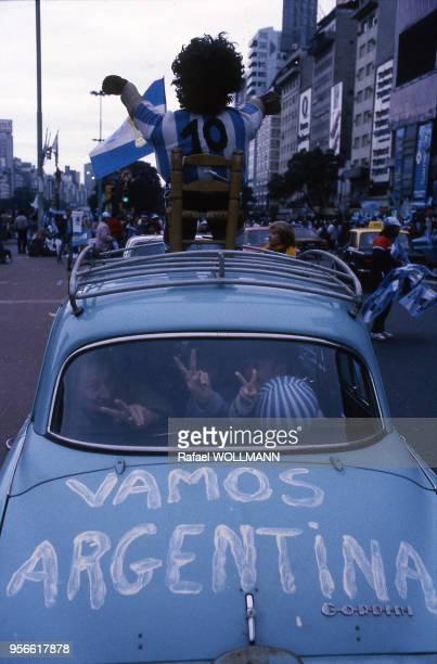 Supporters de l'équipe de football d'Argentine transportant un mannequin à l'effigie de Diego Maradona sur le toit de leur voiture Argentine