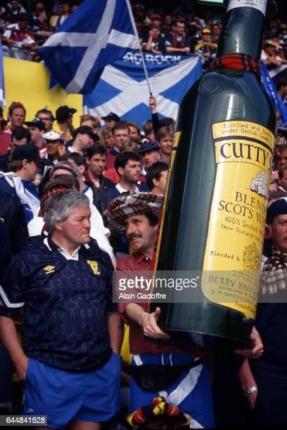 Supporters Ecosse avec une bouteille de Whisky geante Pays Bas / Ecosse Euro 1992 Photo Alain Gadoffre / Icon Sport