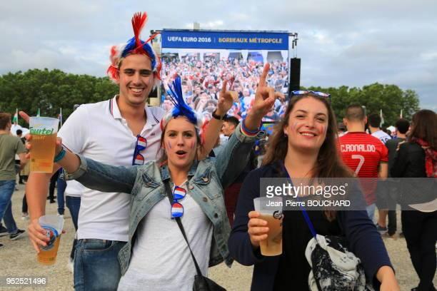 Supporters lors de la retransmission du match de football France-Roumanie sur écran géant le 10 juin 2016 dans la Fan Zone de l?Euro 2016, Bordeaux,...