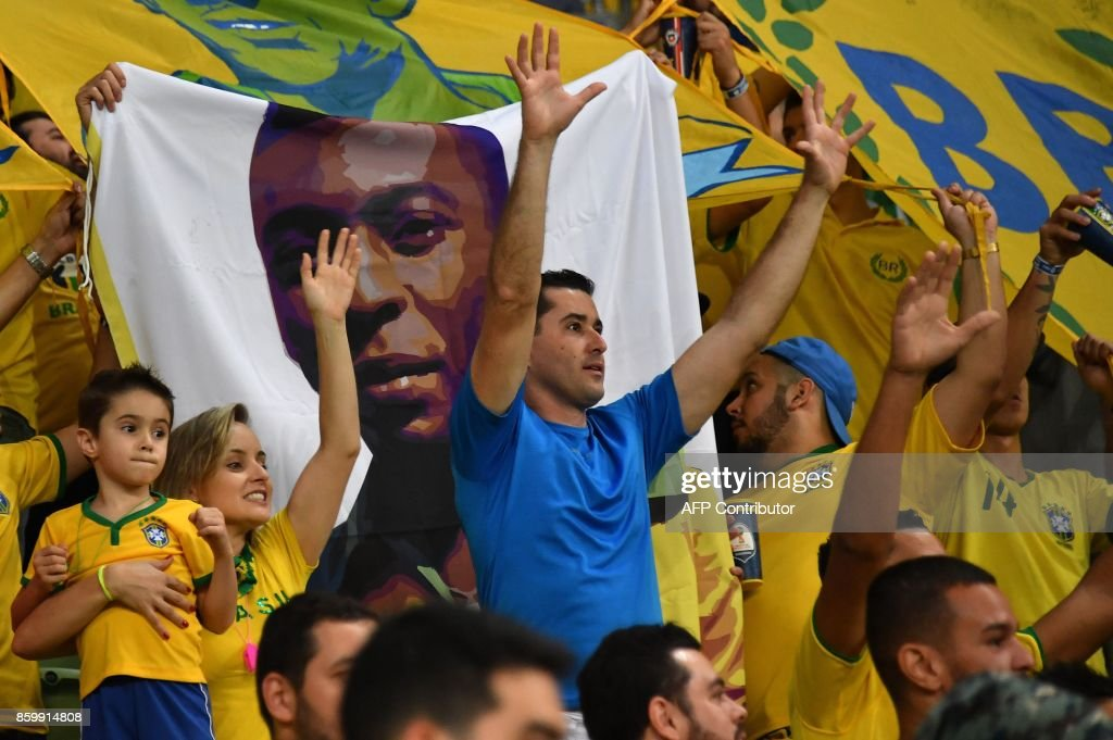 Supporters of Brazil wait for the start of the 2018 World Cup qualifier football match against Chile, in Sao Paulo, Brazil, on October 10, 2017. / AFP PHOTO / Nelson ALMEIDA