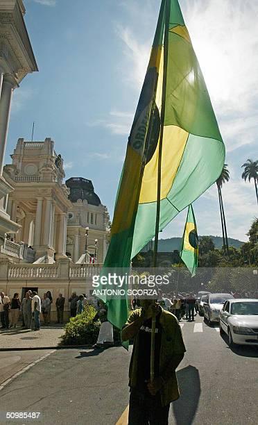 Supporters of Brazilian deceased leftist leader Leonel Brizola waits for pay tribute, in Rio de Janeiro, Brazil 22 June 2004. Leonel Brizola a...