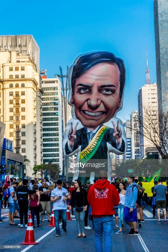 Supporters of Brazilian Presidential Candidate Jair Bolsonaro Demonstrate In Sao Paulo : Foto jornalística