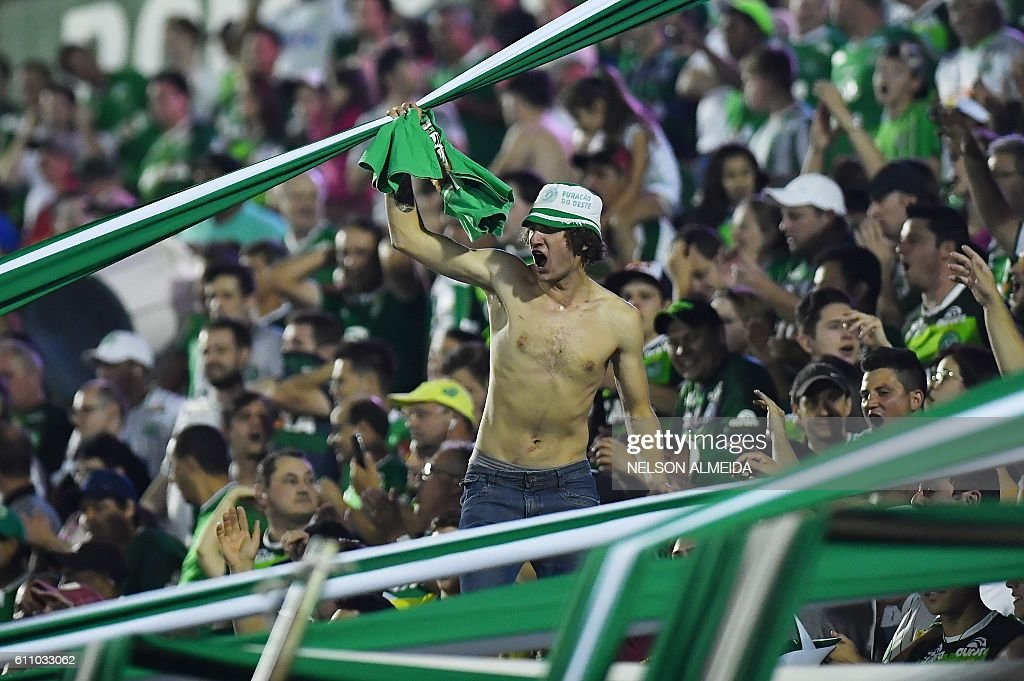 Supporters of Brazil's Chapecoense celebrate after defeating Argentina's Independiente in a penalty shoot-out during their Sudamericana Cup match at the Arena Conda stadium, in Chapeco, Brazil, on September 28, 2016. / AFP / NELSON