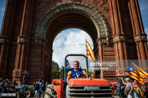 Supporters of Catalan independence drive with tractors through the Arc de Triomf on October 10 2017 in Barcelona Spain Thousands of independence...