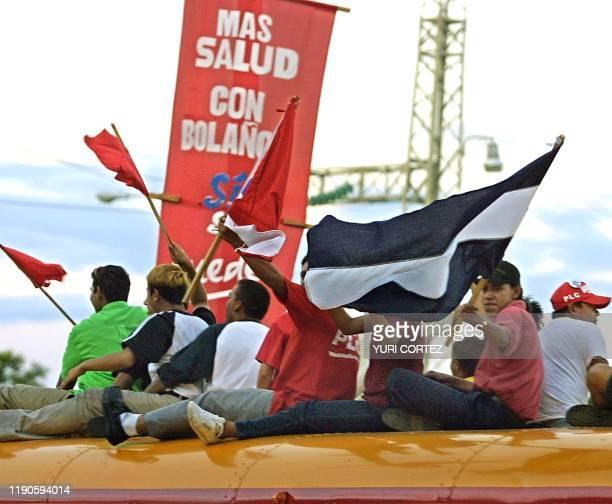 Supporters of Enrique Bolanos are seen celebrating his presidential victory in Managua Nicaragua 06 November 2001 Simpatizantes del Partido Liberal...