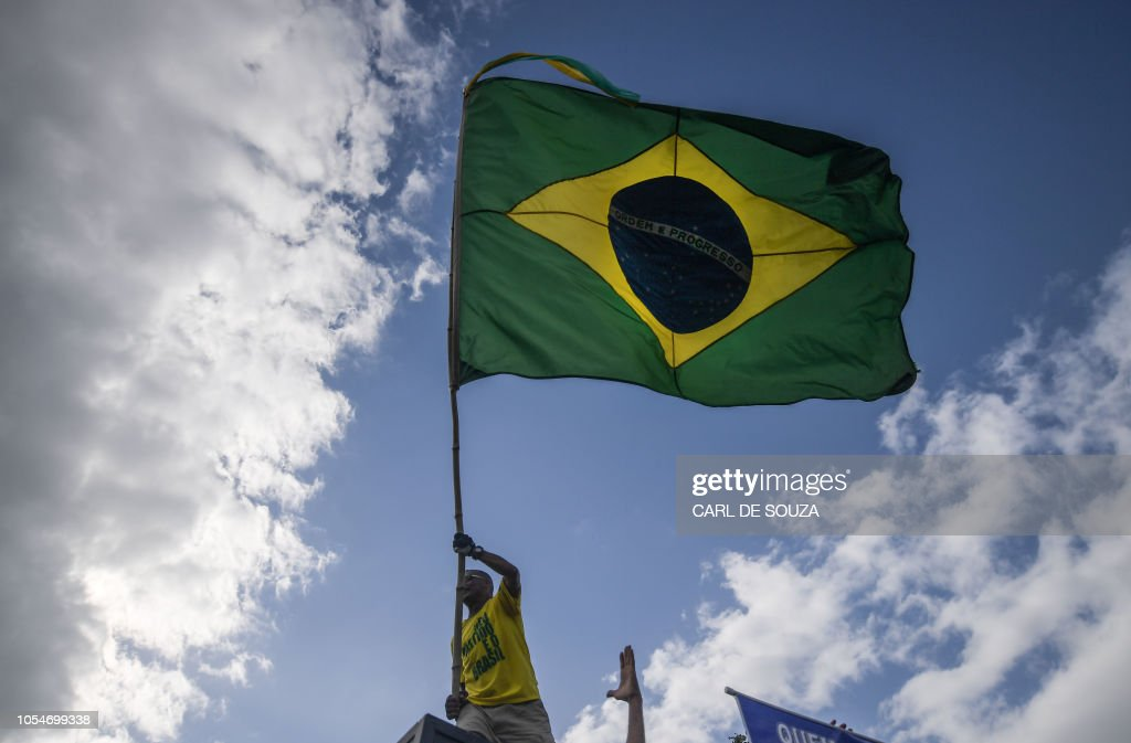 TOPSHOT-BRAZIL-ELECTION-RUNOFF-VOTING-BOLSONARO-SUPPORTERS : News Photo