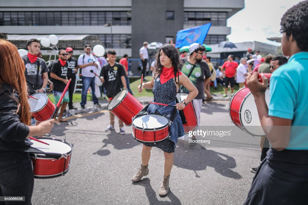 Supporters of former President Luiz Incio Lula da Silva play drums while waiting at the Federal Police headquarters in Curitiba, Brazil, on Saturday, April 7, 2018. Lula said he will turn himself in to police, finally ending a tense stand-off with the authorities after he ignored a court-ordered deadline to begin a prison sentence. Photographer: Andre Coelho/Bloomberg via Getty Images