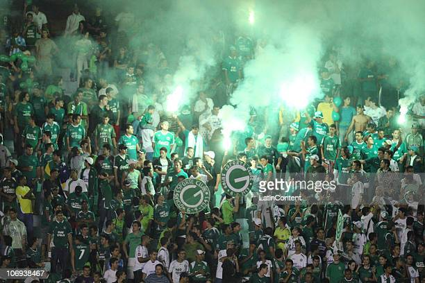 Supporters of Goias greet their team prior to a match against Palmeiras as part of the 2010 Copa Nissan Sudamericana at Serra Dourada stadium on...