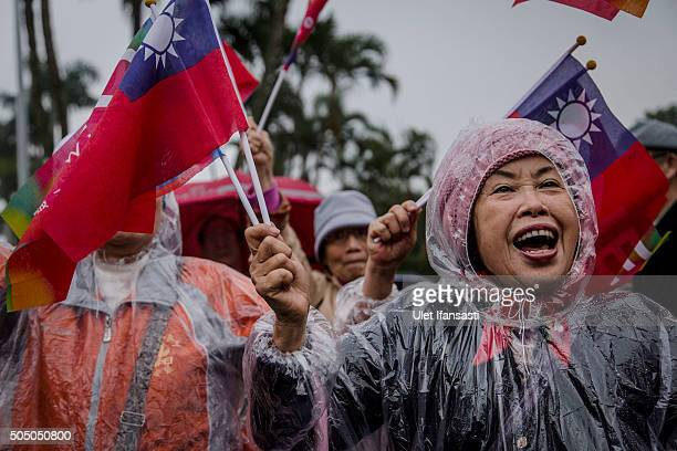 Supporters of Kuomintang Party presidential candidate Eric Chu, cheer while Chu parades through the streets of Taiwan during rally campaign ahead of...